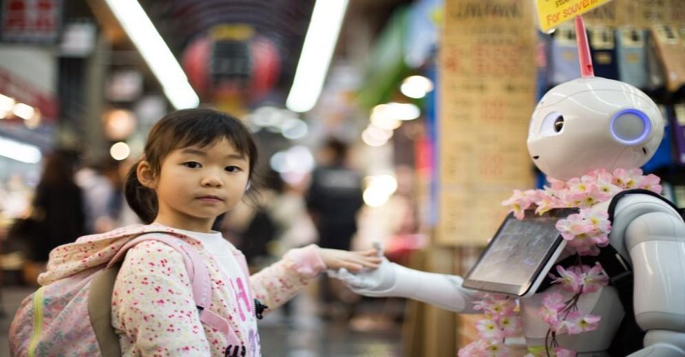 garotinha brinca com robô controlado por machine learning