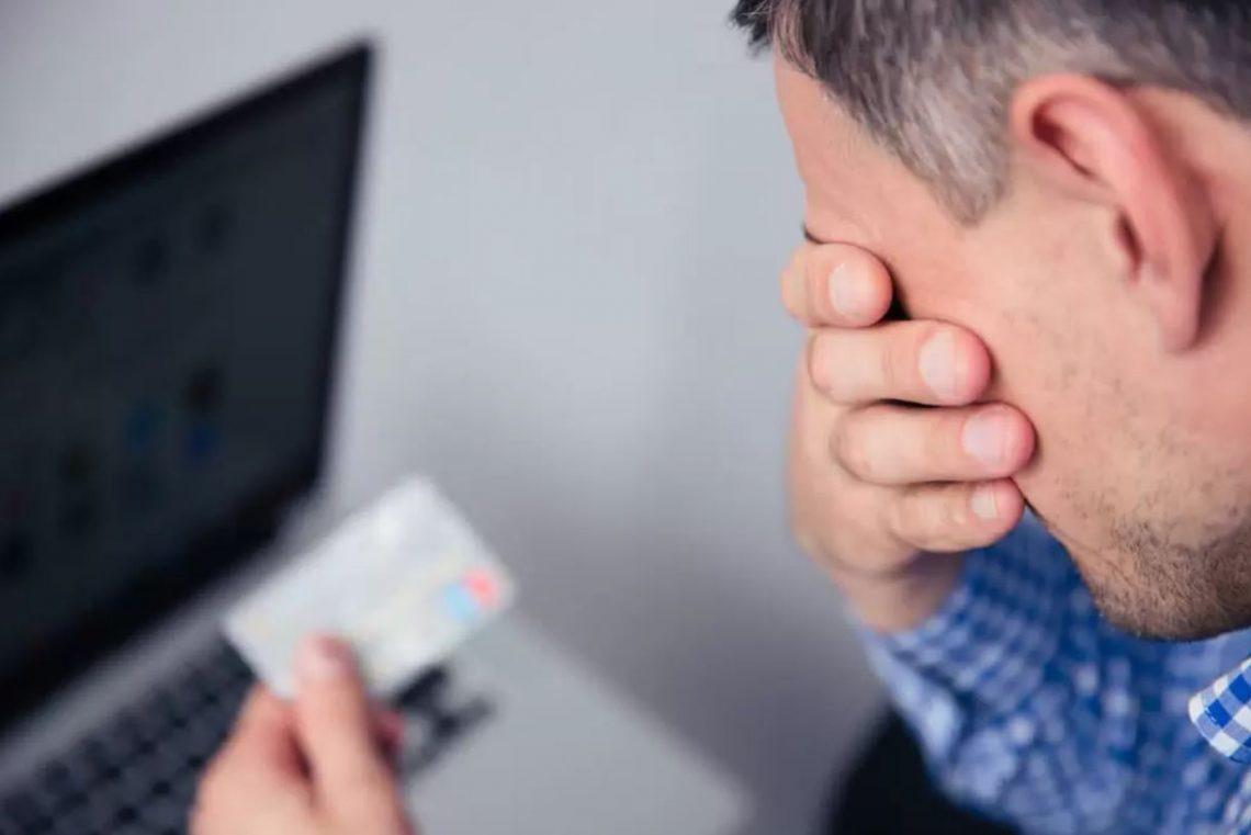 imagem de um homem chorando ao ver um gift card cartão presente