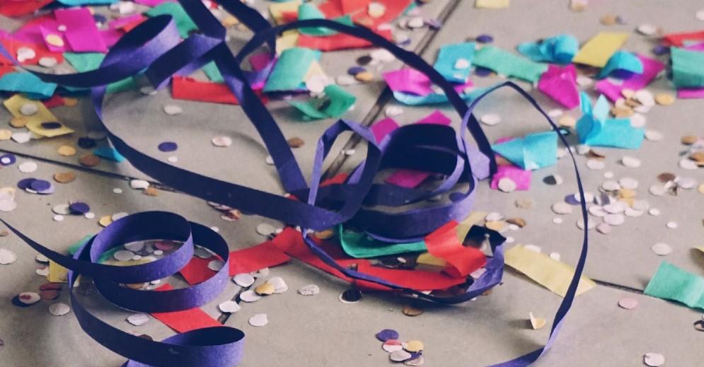 imagem de confetes e sepentinas de carnaval no chão, sem ninguem curtindo o carnaval, por causa da pandemia e com medo de fraudes